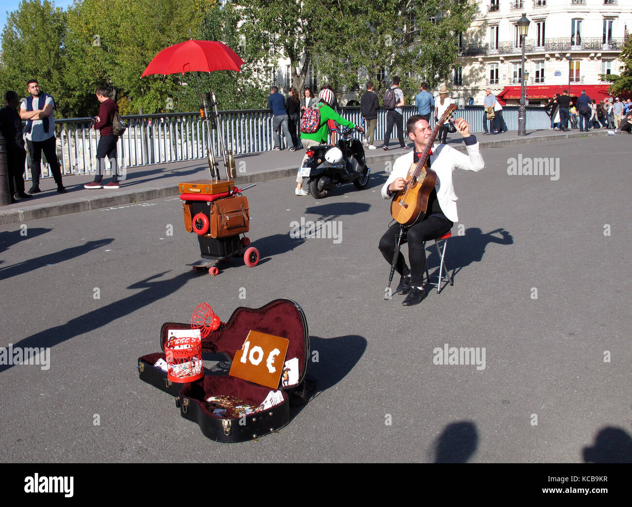 Tom War guitarist at Pont Saint-Louis, bridge, Seine river, Paris, France; Europe - Stock Image