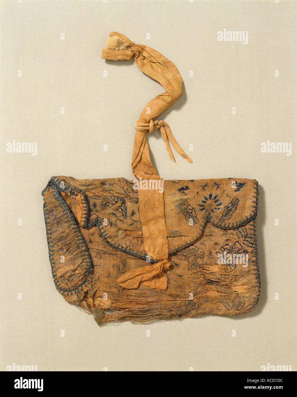 Purse, Tang dynasty (618–907), 8th–9th century, China, Silk, 5 5/8 x 5 3/8 x 1 in. (14.3 x 13.7 x 2.5 cm), Textiles - Stock Image