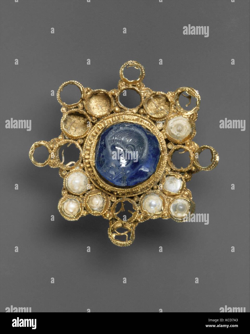 Star-Shaped Brooch with Intaglio, ca. 950–1000 (setting); 337–50 (intaglio Stock Photo