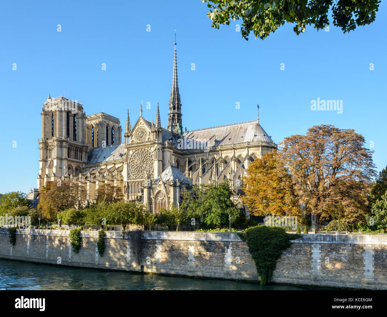 Three quarter view of the southern side of Notre-Dame de Paris cathedral by a sunny evening at the beginning of - Stock Image