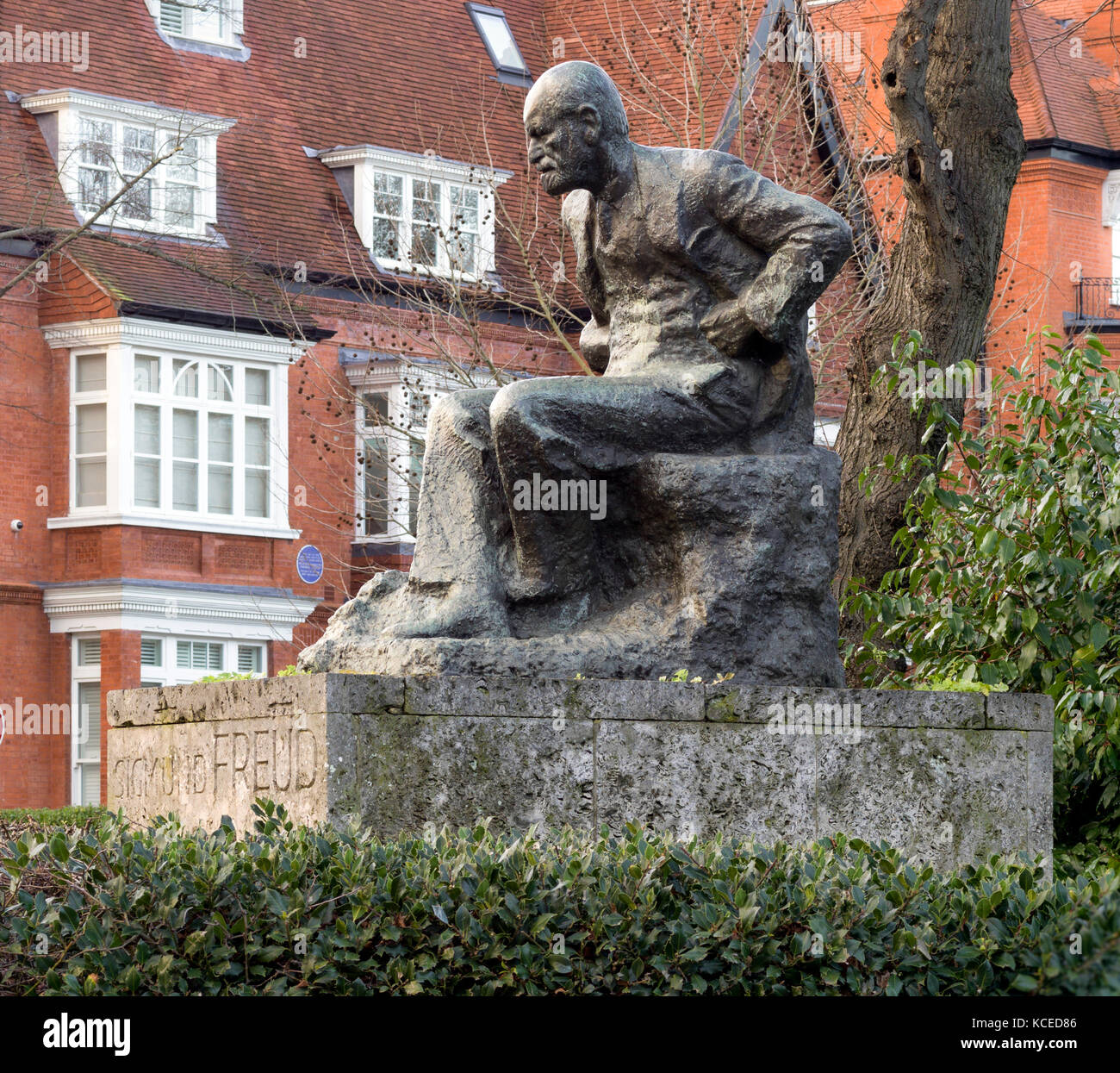 Swiss Cottage, Hampstead, Greater London. Oscar Nemon sculpture of Sigmund Freud from east. - Stock Image