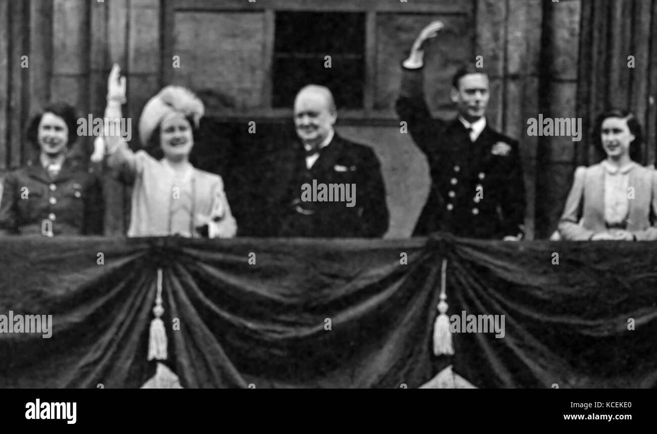 Photograph of King, Queen and Prime Minister on the balcony of Buckingham Palace at the end of the Second World - Stock Image