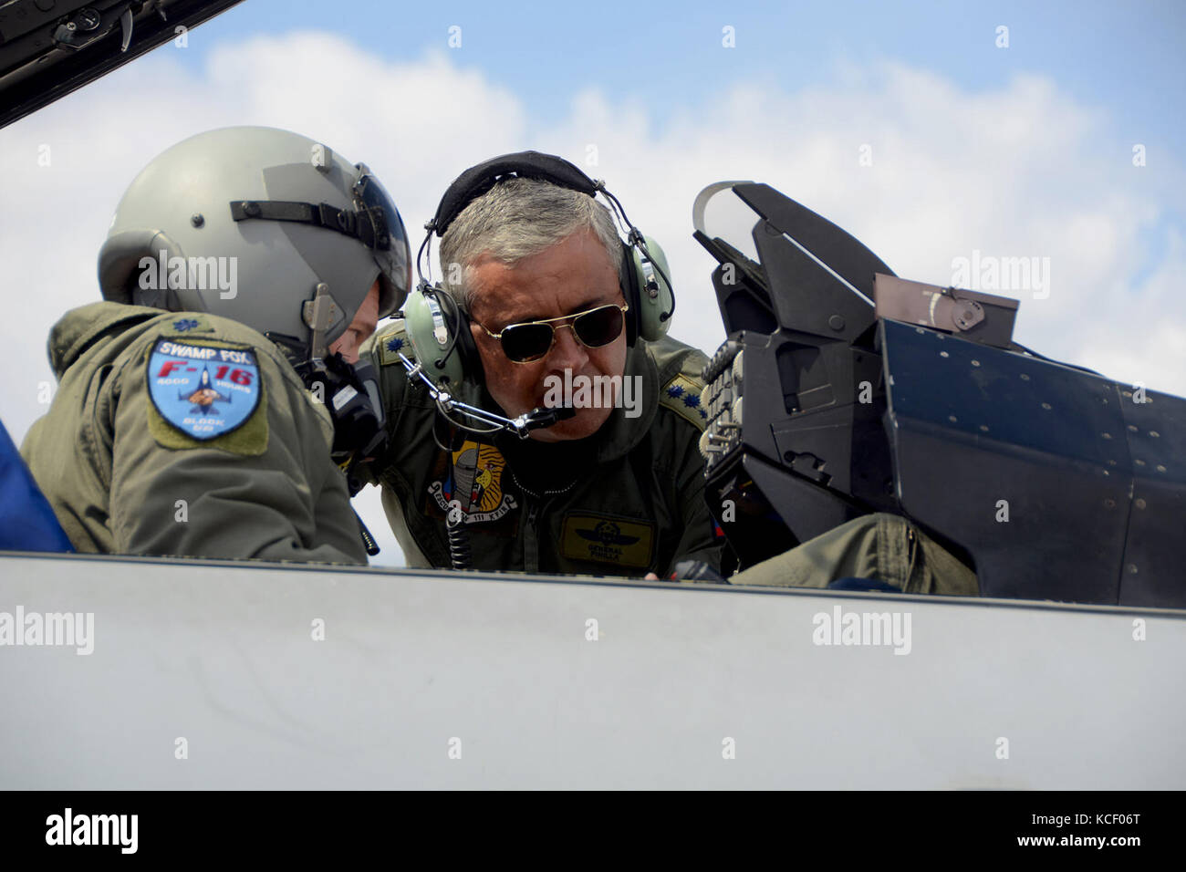 General Tito Saul Pinilla Pinilla, commander of the Colombian Air Force, speaks with Lt. Col. Scott Bridgers, 169th - Stock Image