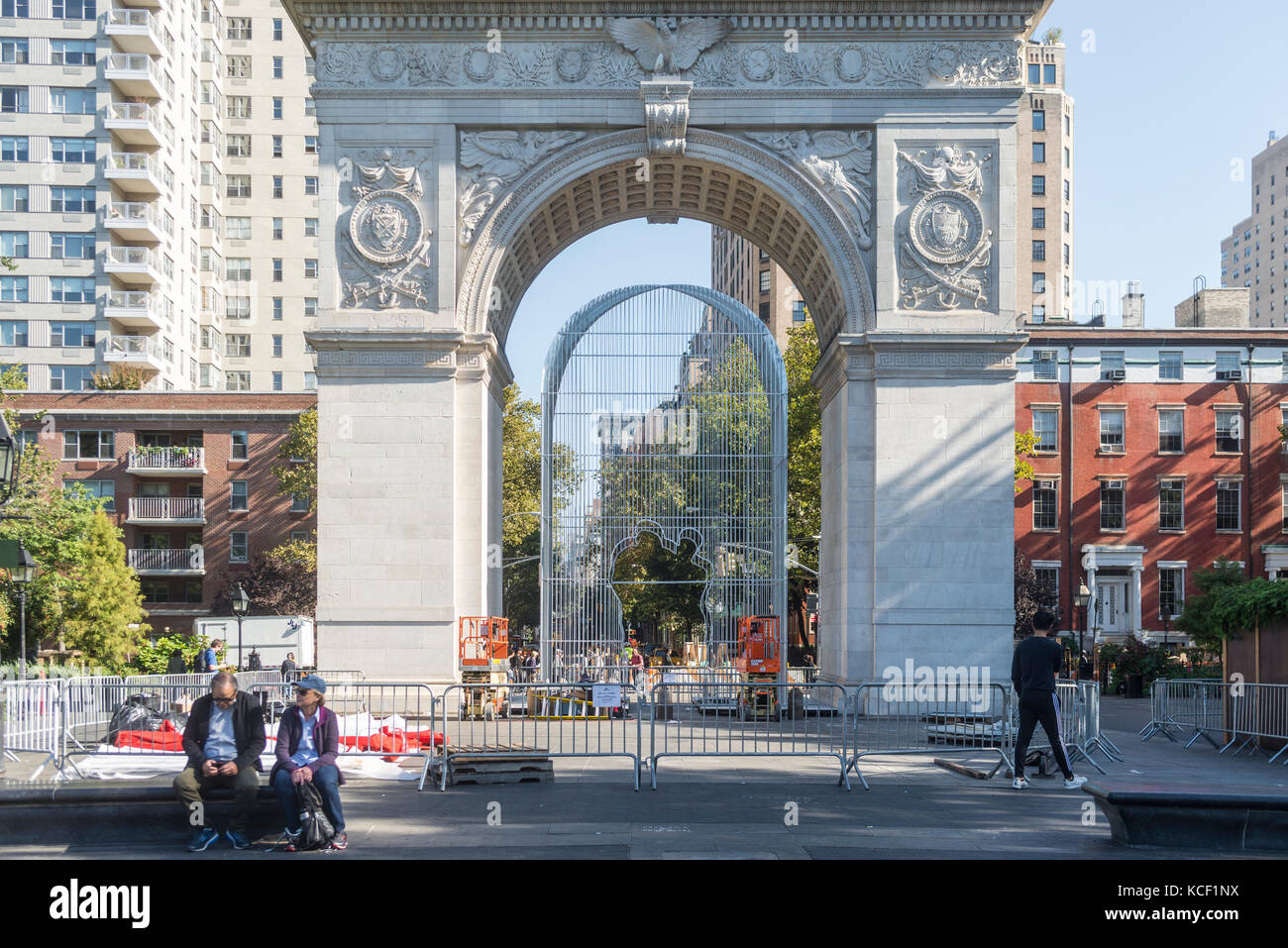 New York, USA. 4th Oct, 2017. Installation begins for Al Weiwei's sculptural installation 'Good Fences Make - Stock Image