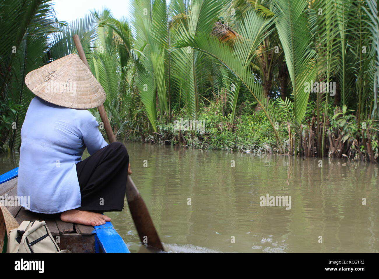 Frau auf Boot beim Rudern in Vietnam - Woman on boat while rowing in Vietnam - Stock Image