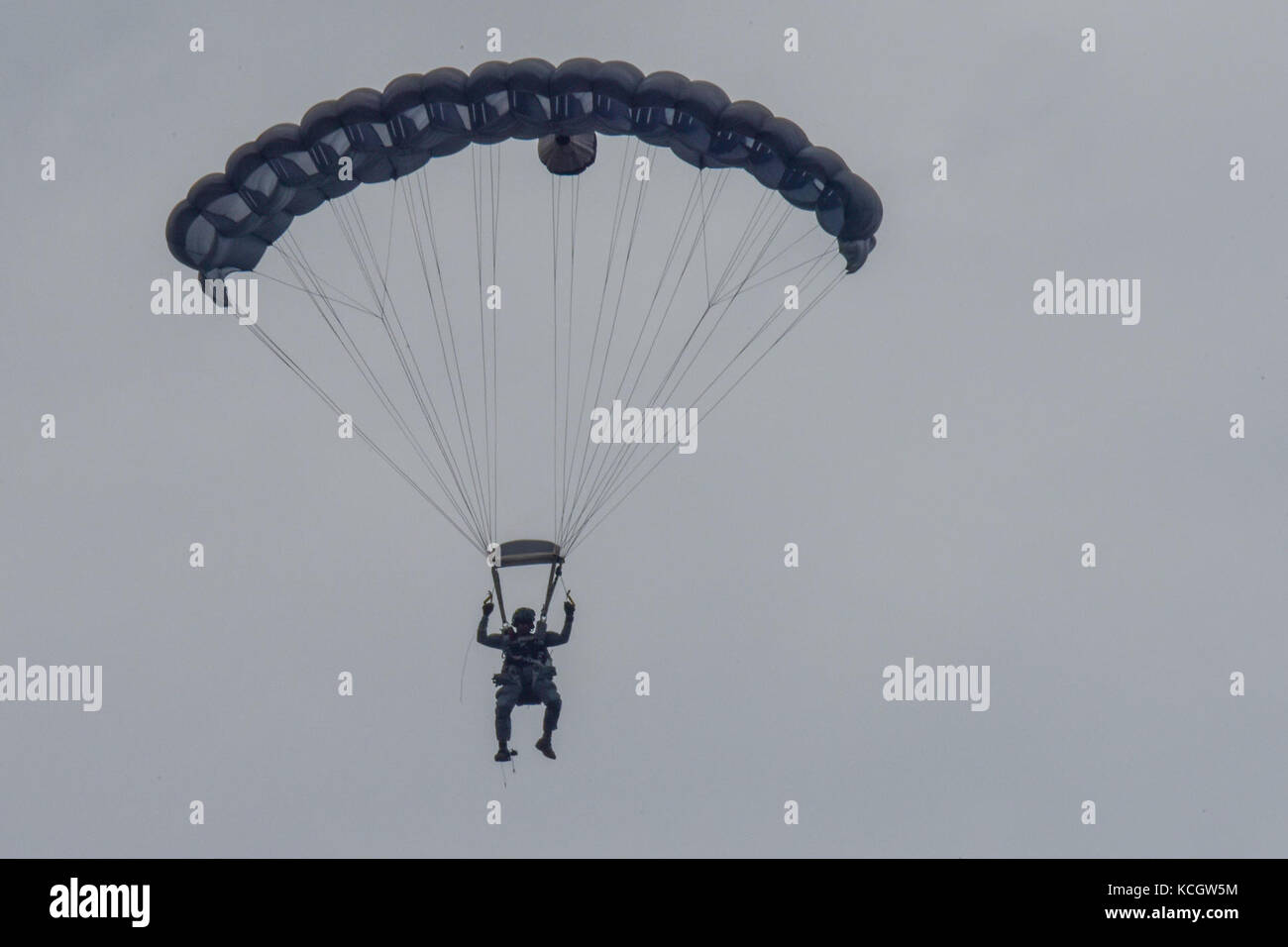 A member from the Colombian Air Force Parachute Team, Gules