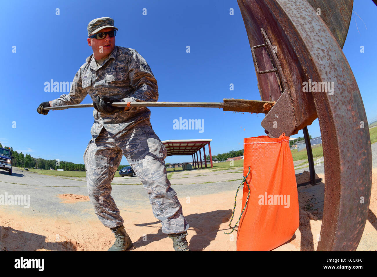 U.S. Airmen from the South Carolina Air National Guard's 169th Civil Engineer Squadron fill sand bags at McEntire - Stock Image