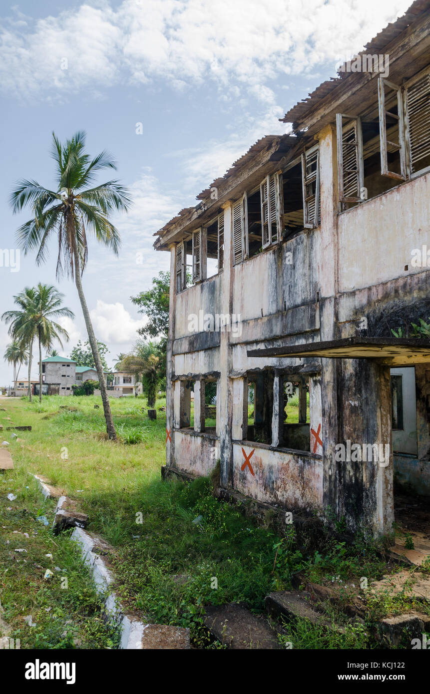 Abandoned and fading house in Robertsport, traces of civil war, Liberia, West Africa - Stock Image