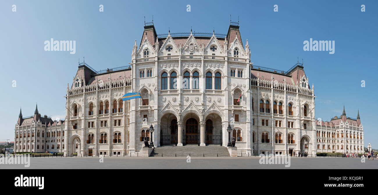A 5 vertical picture stitch panoramic view of the Hungarian Parliment Building on Kossuth Lajos Square in Budapest - Stock Image