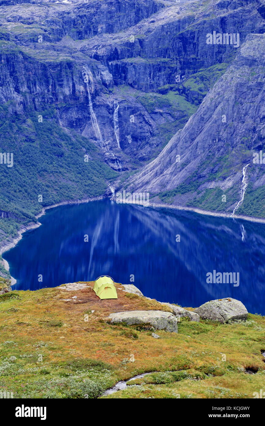 Tent by Ringedalsvatnet lake in the vicinity of Trolltunga rock formation in Norway - Stock Image