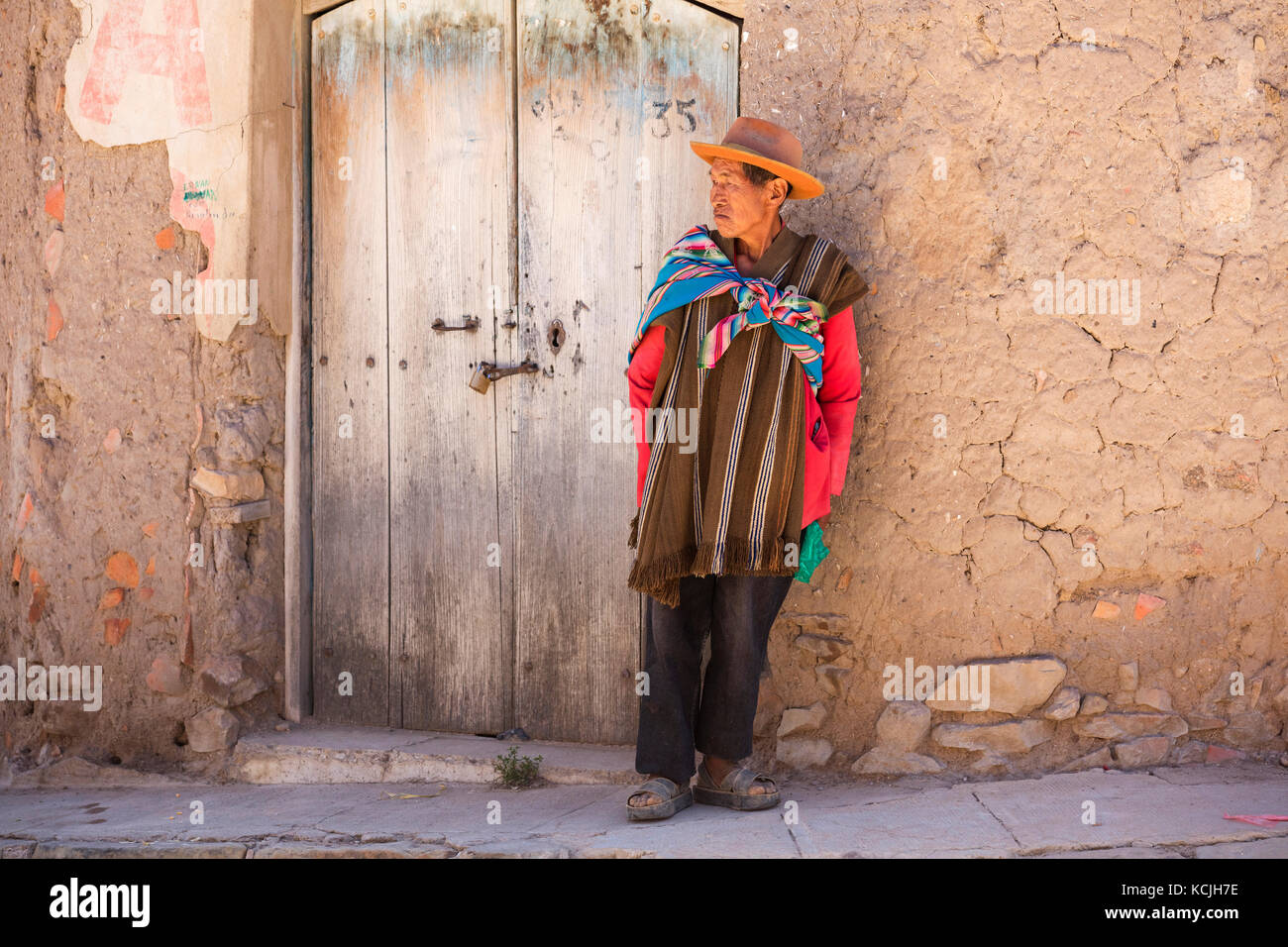 Elderly Bolivian man with hat wearing traditional poncho in the town Tarabuco, Chuquisaca, Yamparáez Province, - Stock Image