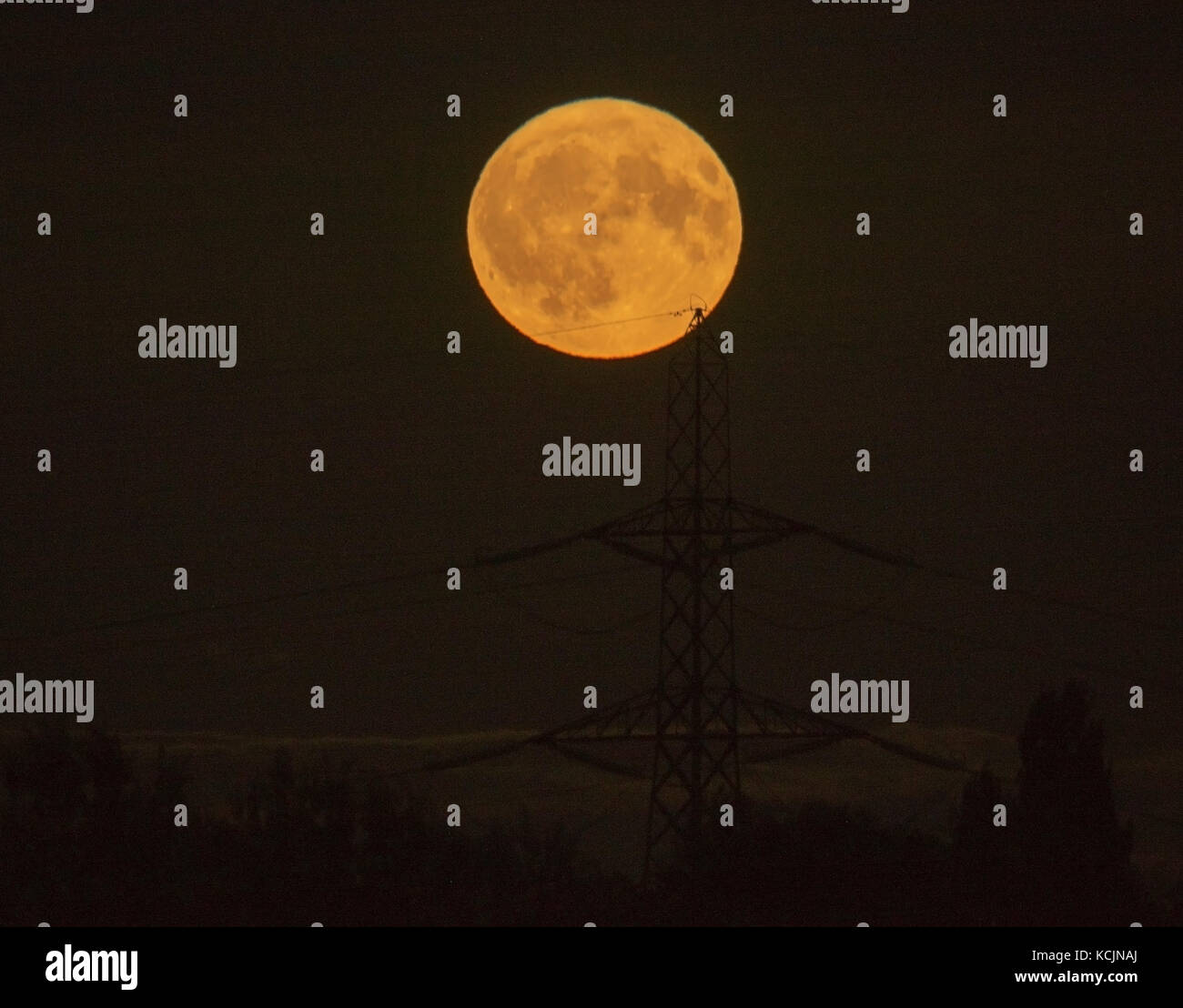 London, UK. 5th Oct, 2017. UK Weather. Waning Gibbous Harvest Moon, the first full moon rising closest to the autumn - Stock Image