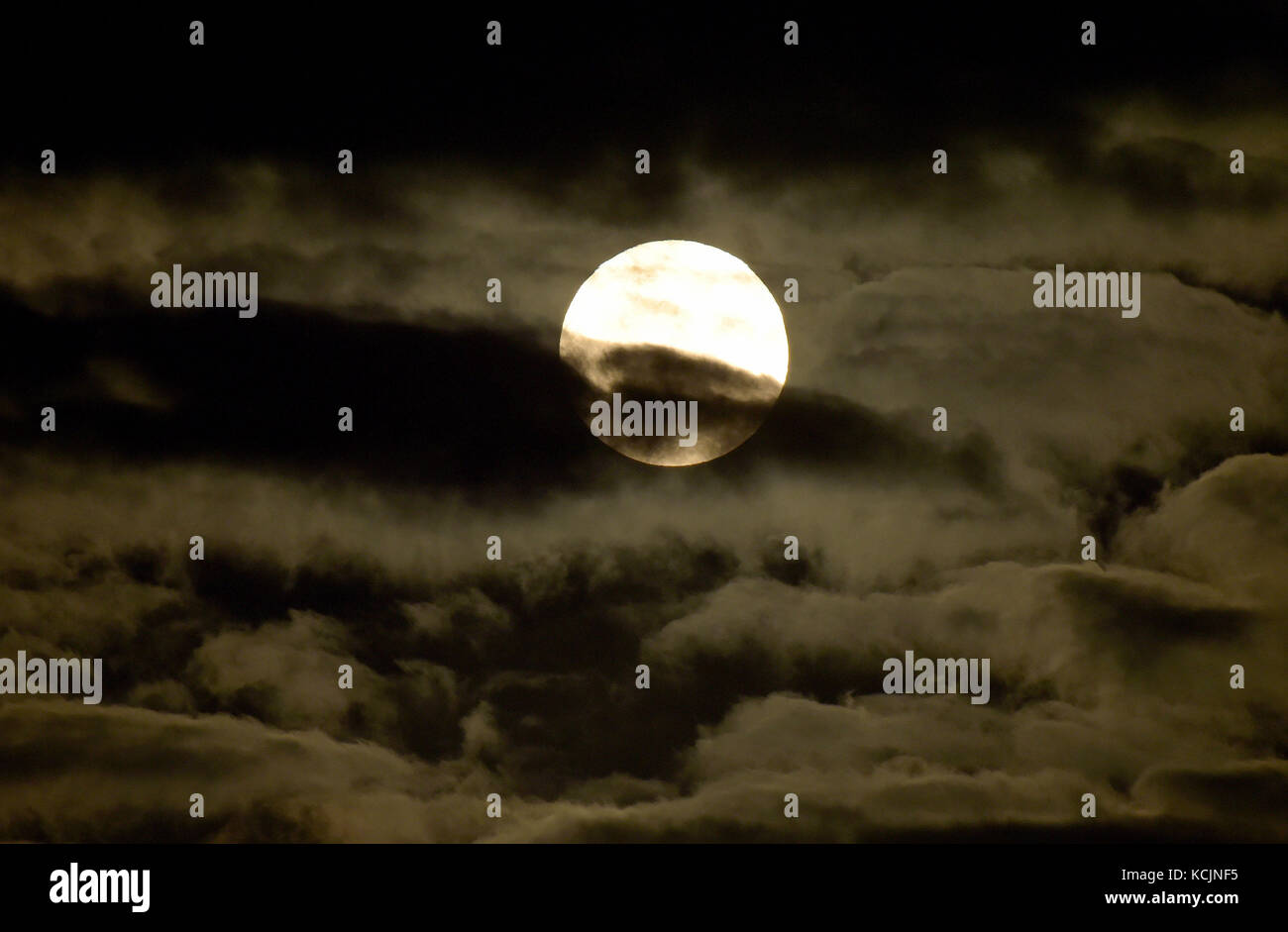Essex, UK. 5th Oct, 2017. UK Weather: The Harvest Moon is the name given to the closest full Moon to the Autumn - Stock Image