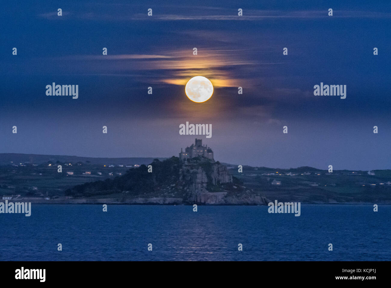 Penzance, Cornwall, UK. 5th Oct, 2017. UK Weather. The full Harvest Moon rises over St Michaels Mount in Cornwall. - Stock Image