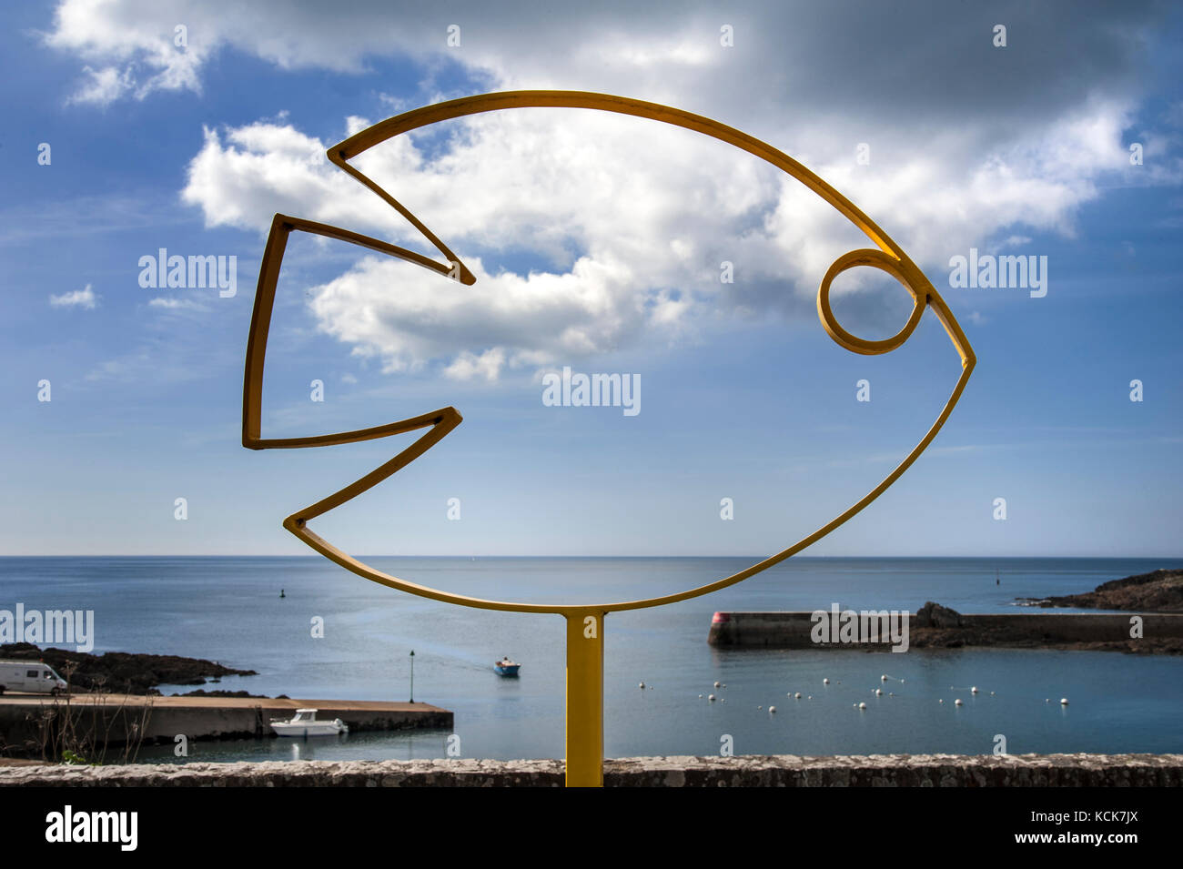 DOËLAN FISHING INDUSTRY COAST HARBOUR Metal Fish sculpture and harbour with returning fishing boat at Doëlan - Stock Image