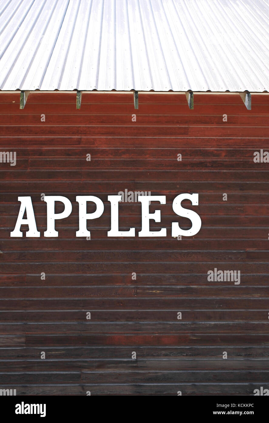 Apples sign on a rustic farmstand barn - Stock Image