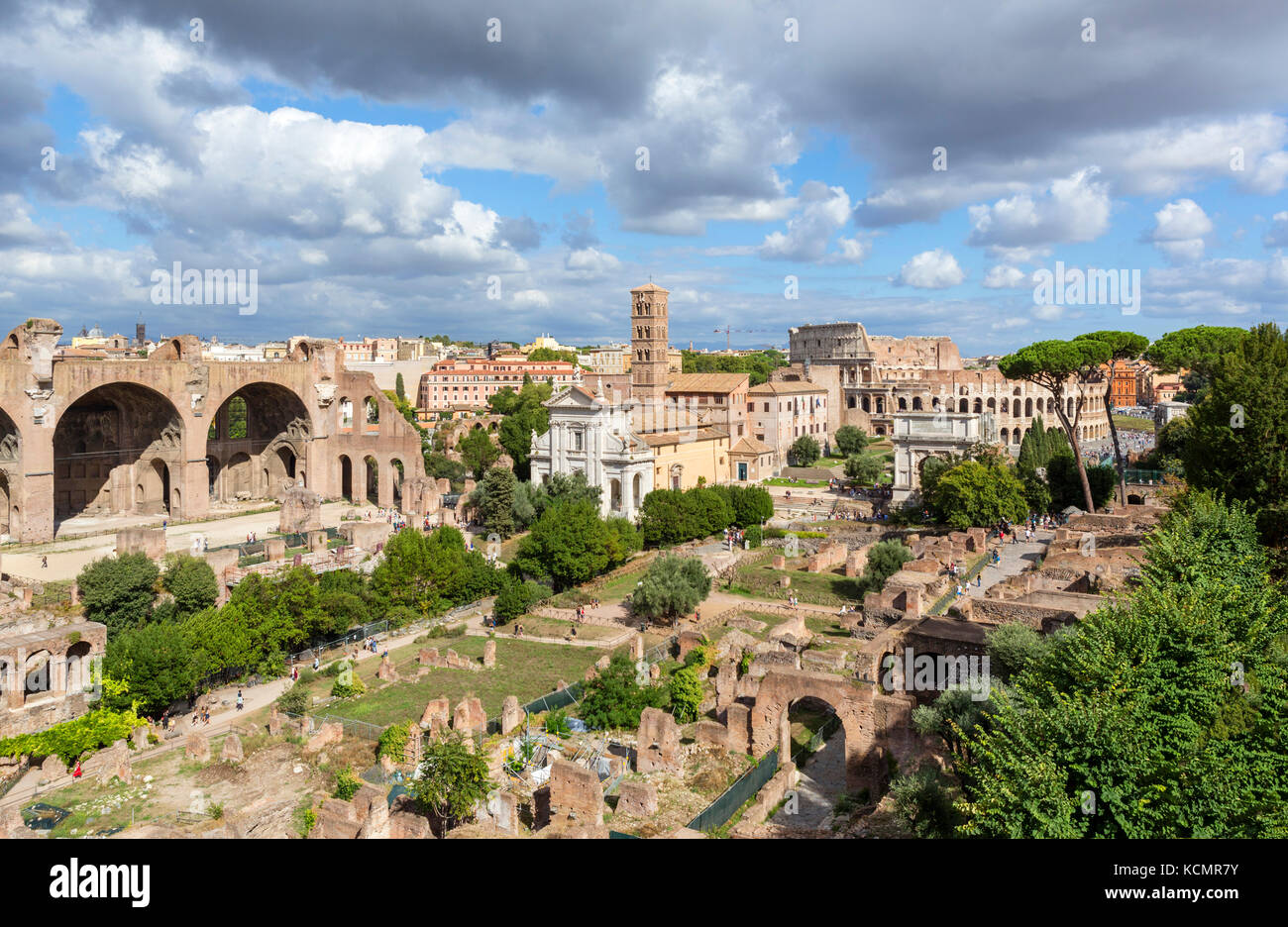 Rome, Forum. View from the Palatine Hill over the ancient ruins of the Roman Forum (Foro Romano) towards the Colosseum - Stock Image