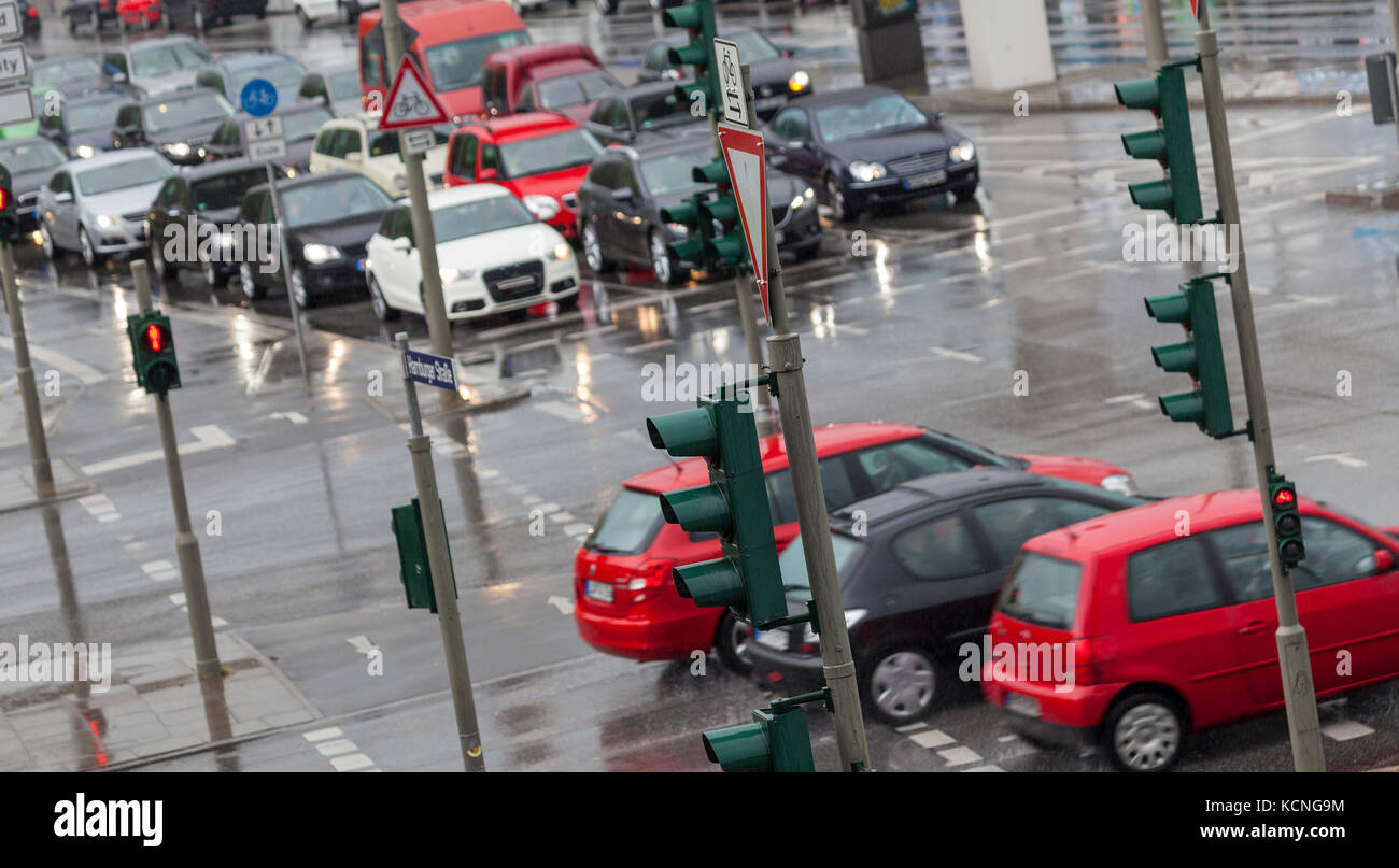 Straßenkreuzung in Hamburg, Deutschland - Stock Image