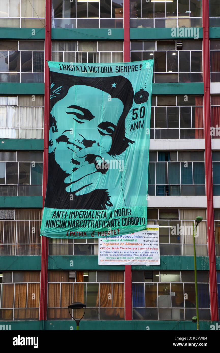 La Paz, Bolivia. 6th Oct, 2017. A banner to commemorate the 50th anniversary of Che Guevara's death hangs on - Stock Image