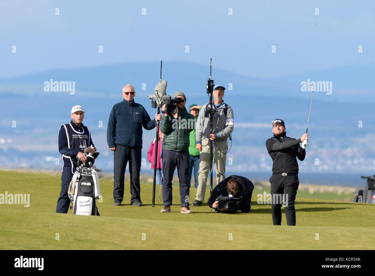 St Andrews, Scotland, United Kingdom. 07th Oct, 2017. Tyrell Hatton (R) maintains a commanding lead as he plays Stock Photo