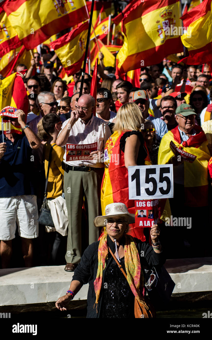 Madrid, Spain. 7th Oct. 2017. A woman holding a placard demanding de article 155 during a demonstration demanding - Stock Image