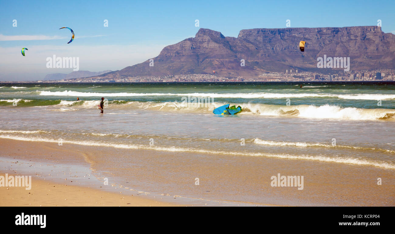 Kitesurfer at Bloubergstrand with a view of the Tafelberg - Stock Image