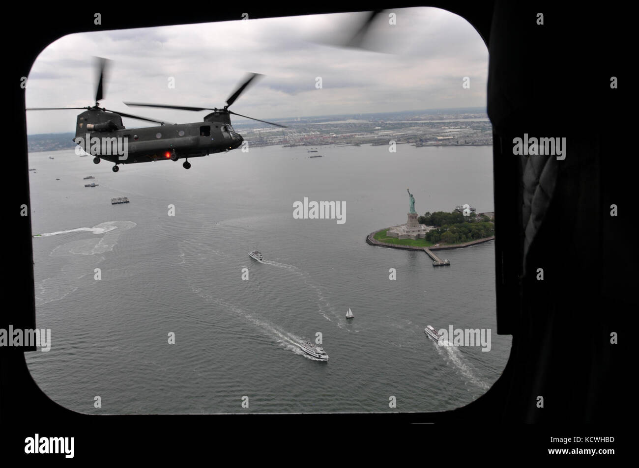 A South Carolina Army National Guard (SCARNG) CH-47D Chinook helicopter flies in proximity of Manhattan, in front - Stock Image