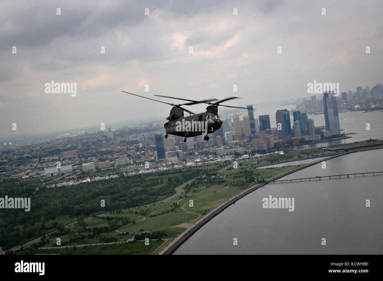 A South Carolina Army National Guard (SCARNG) CH-47D Chinook helicopter flies in front in proximity of Manhattan - Stock Image