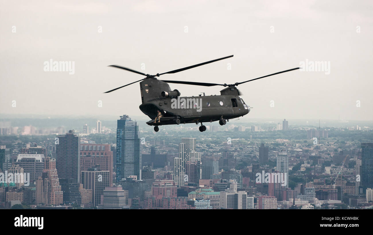A South Carolina Army National Guard (SCARNG) CH-47D Chinook helicopter flies in proximity of Manhattan during its Stock Photo