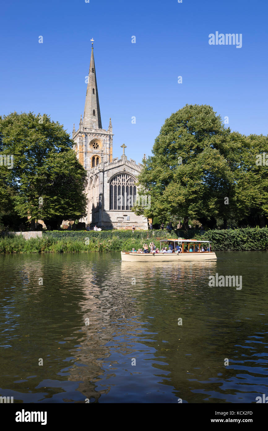 Holy Trinity Church (Shakespeare's burial place) on the River Avon with tour boat, Stratford-upon-Avon, Warwickshire, - Stock Image