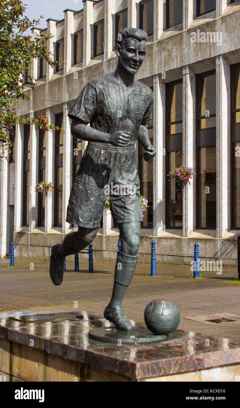 The statue of Bertie Peacock international footballer and manager of Northern Ireland in the Diamond in Coleraine - Stock Image
