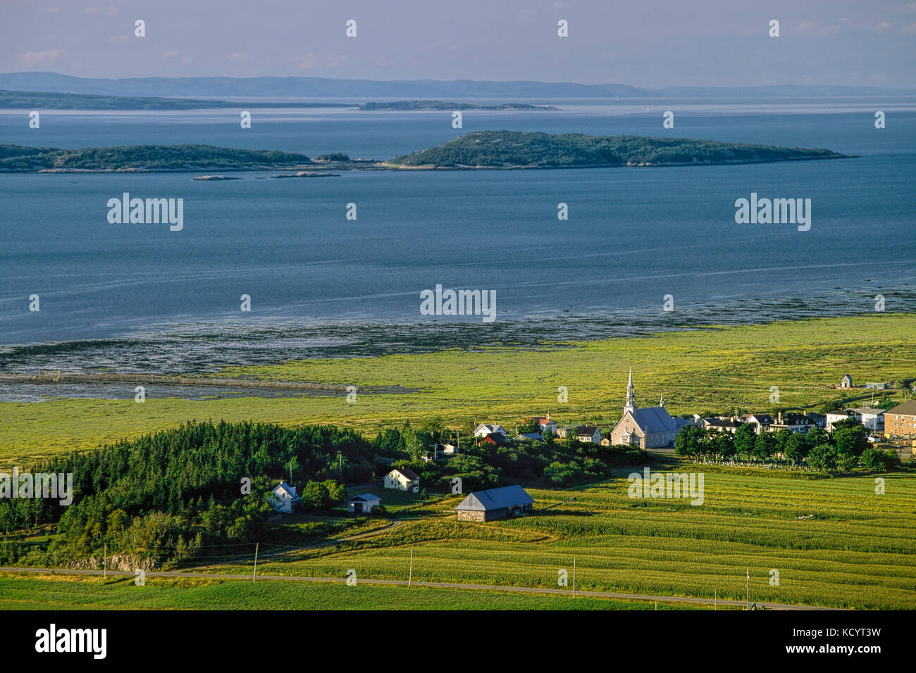 The village of Saint-André-de-Kamouraska with the Pélerins Islands in the background, Lower Saint-Lawrence - Stock Image