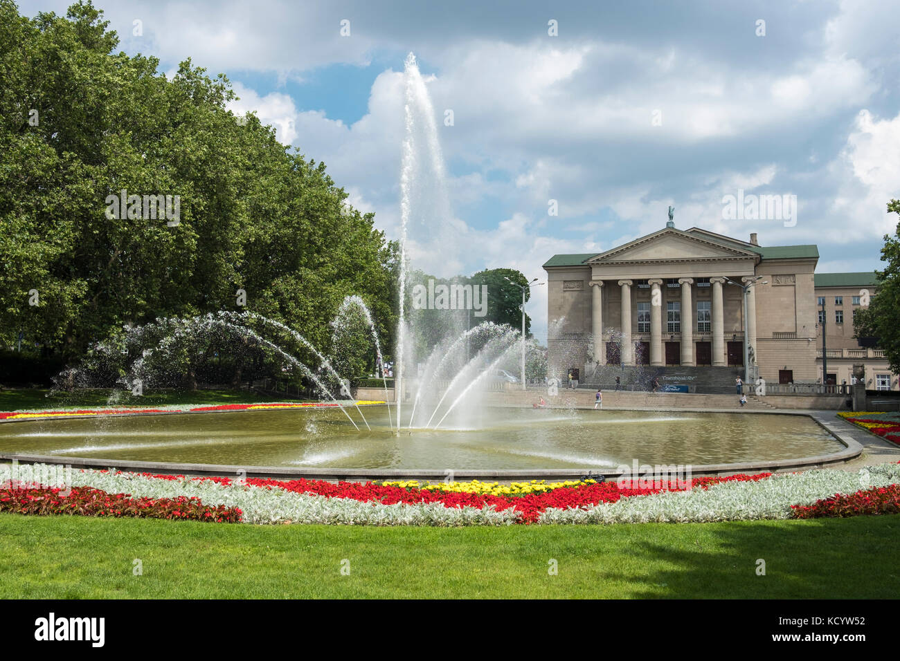The fountain in Park Mickiewicza, in front of the Teatre Wielki, Poznan, Poland. - Stock Image