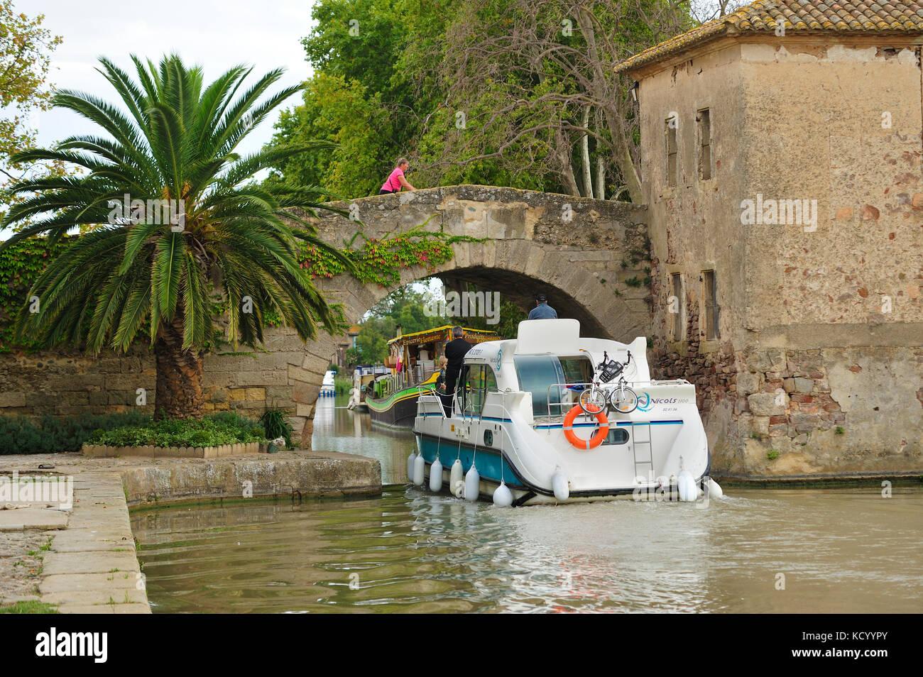 Saint-Marcel Bridge (17th century) over Canal du Midi, le Somail, Aude Department, Languedoc-Roussillon, France - Stock Image