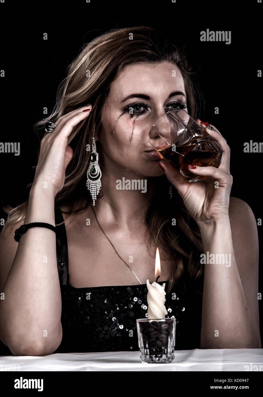 Делать две девки пьют сперму со стакана трубочкой женщина волосатой
