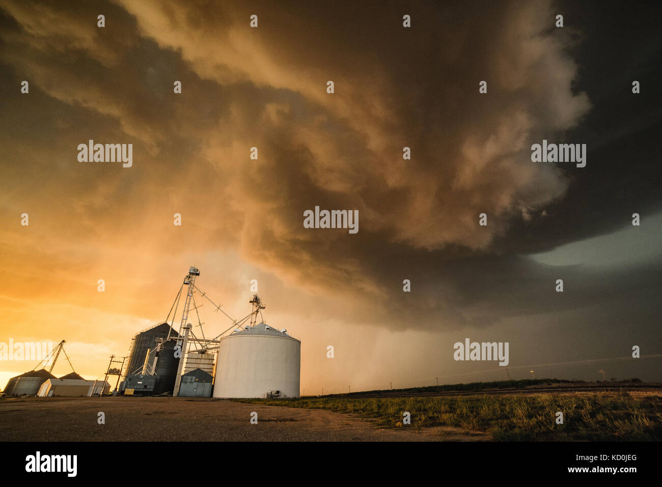 Strong storm above the town of Dalhart with strong winds, heavy rain and hail, grain silo in the foreground, Dalhart, Stock Photo