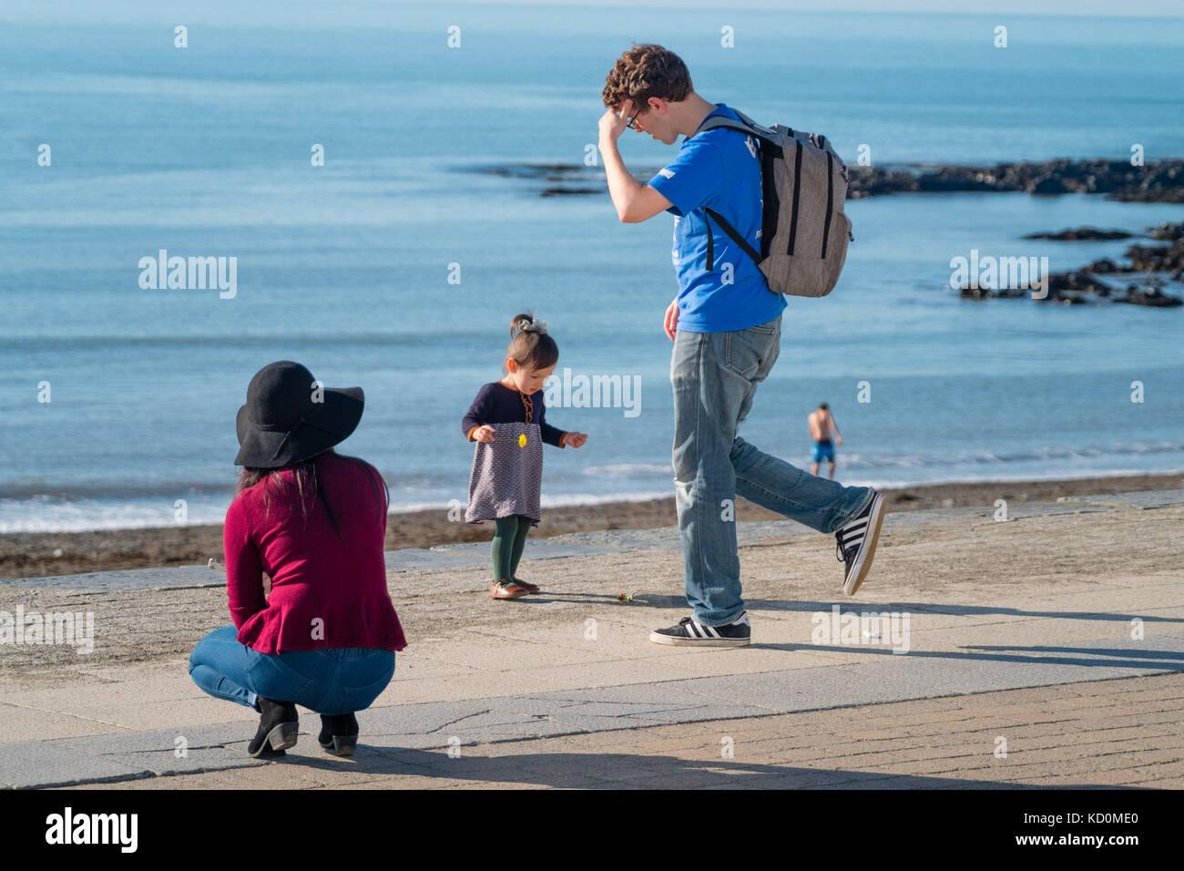 Aberystwyth Wales UK, Sunday 08 October 2017 UK Weather: People at the seaside in Aberystwyth Wales enjoying a wonderfully - Stock Image