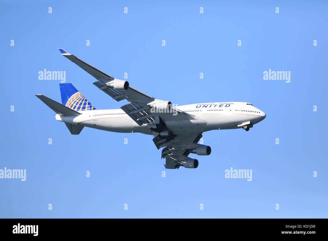 United Boeing 747 Flies Low Pass in San Francisco Fleet Week Airshow - Stock Image