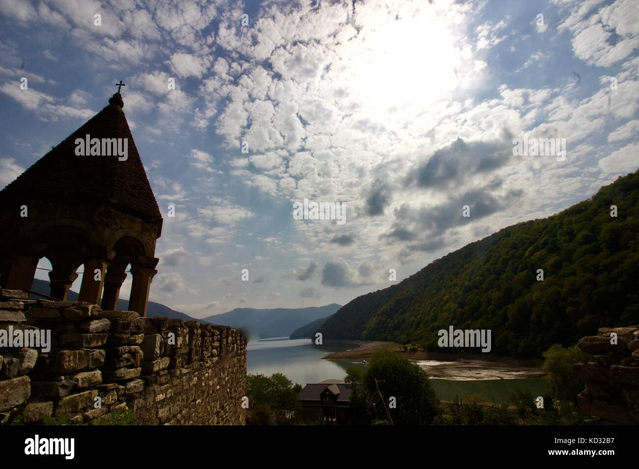 Ananuri Castle looking out over the Aragvi River - Stock Image