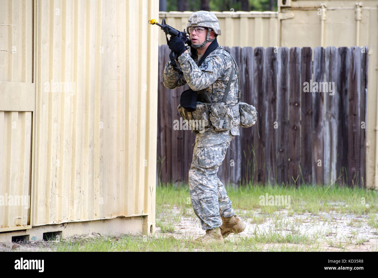 U.S. Army combat engineers assigned to the 1220th Engineer Company from, Batesburg, South Carolina, conduct urban - Stock Image