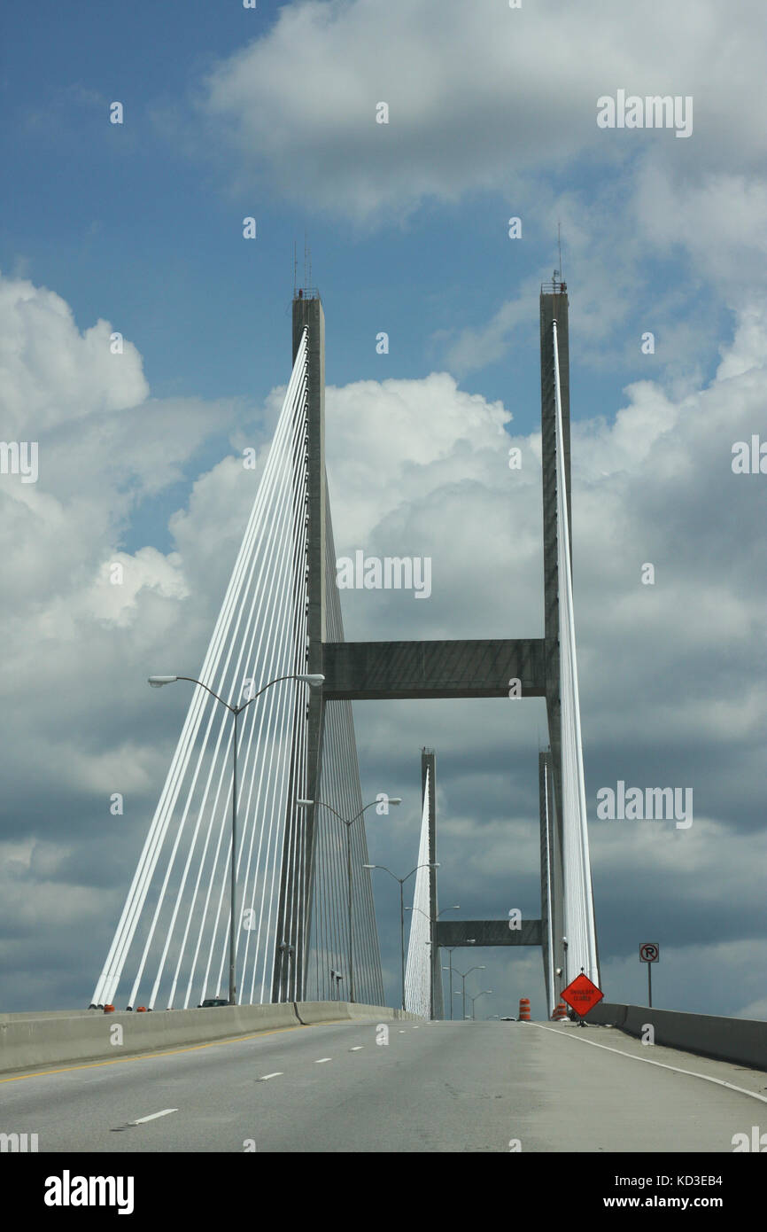 The Talmadge Memorial Bridge spans the savannah River from Savannah to Hutchinson Island, Georgia. - Stock Image