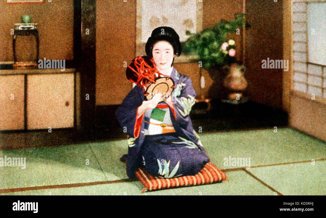 INST - PERC - Tsuzumi (Japan) Woman playing tsuzumi (Japanese hand drum) - Stock Image