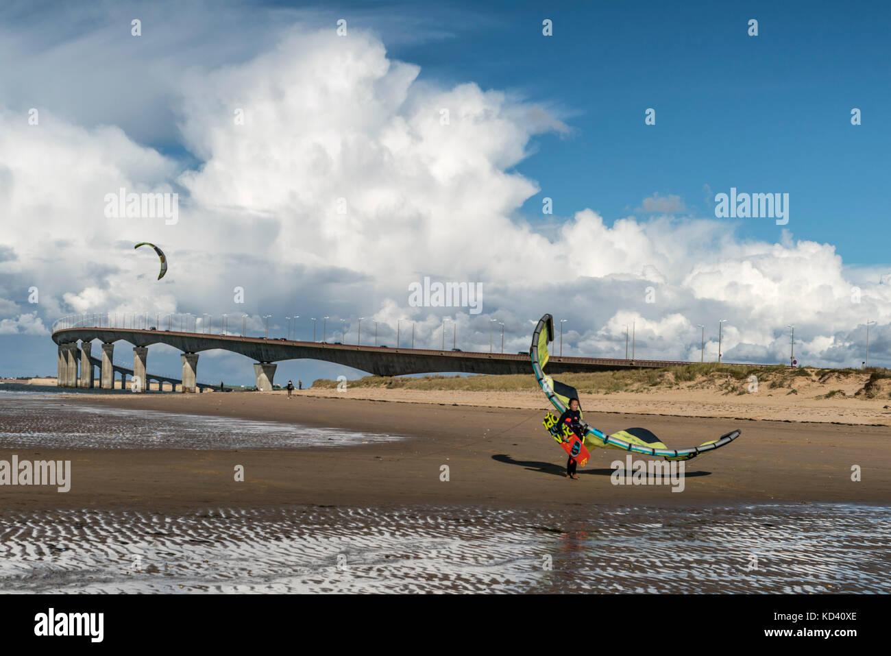 Kitesurfer, Plage Nord, Pont de Ile de Re, bridge,  Ile de Re, Nouvelle-Aquitaine, french westcoast, france, - Stock Image
