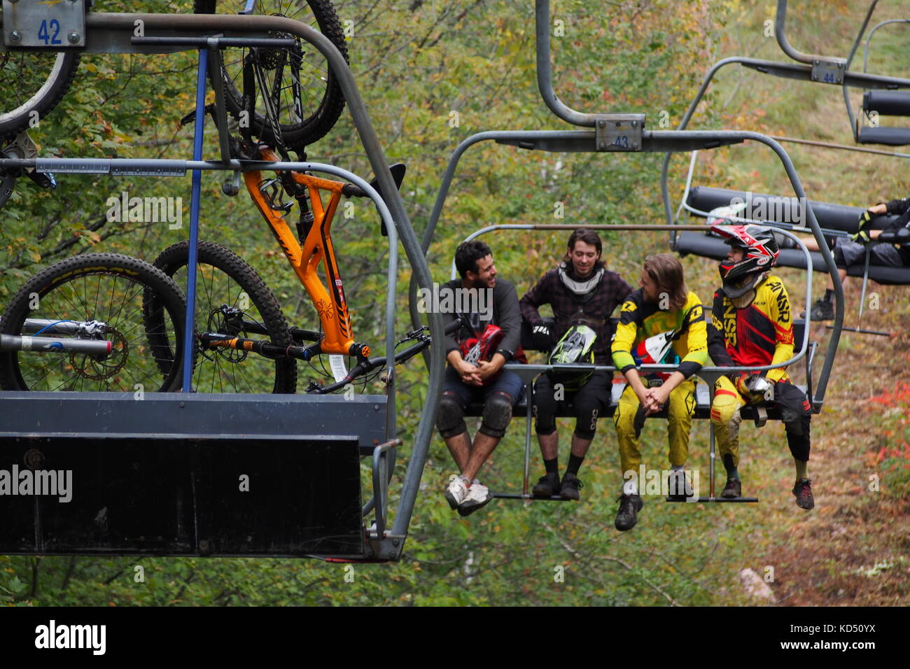 Skyline ski lift carrying downhill mountain bikers up to the trails at Camp Fortune, Gatineau Park, Quebec, Canada. - Stock Image
