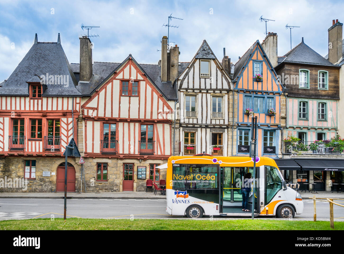 France, Brittany, Morbihan, Vannes, Vannes free shuttle bus against the backdrop of colorfull timber-framed houses - Stock Image