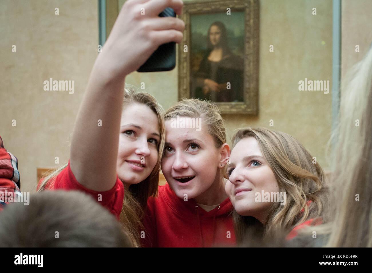 Tout le monde se fait photographier devant la Joconde au Louvre Paris en 2014, 2013. Everybody is making a selfie Stock Photo