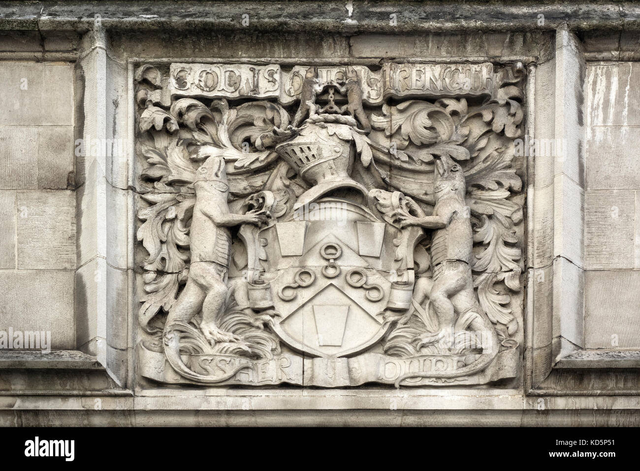 COAT OF ARMS OF THE WORSHIPFUL COMPANY OF IRONMONGERS.  carved above the door of the Ironmongers Hall, Shaftesbury - Stock Image