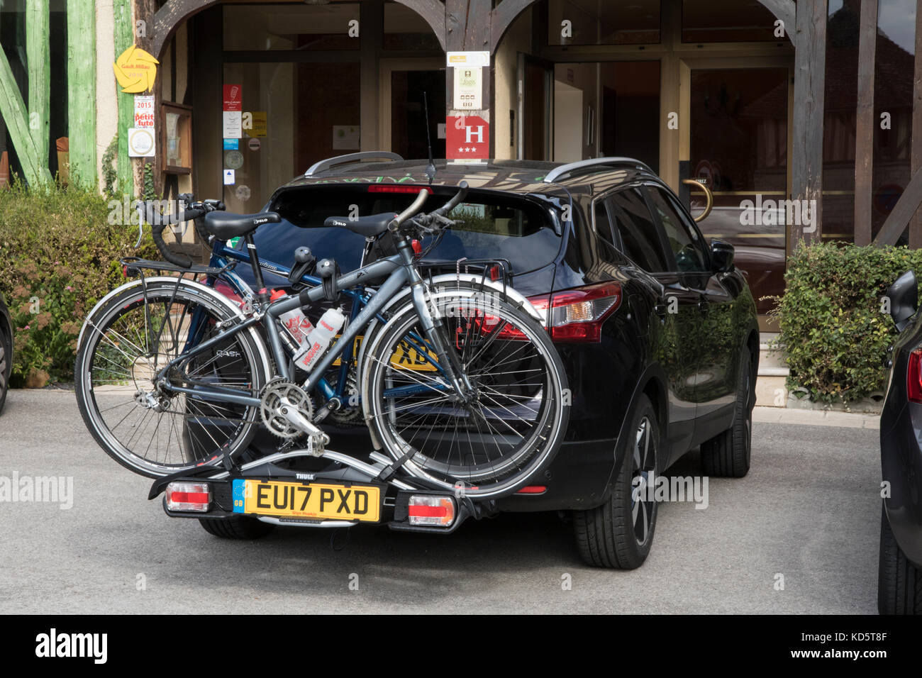 Thule towbar mounted cycle carrier, fixed to a Nissan Qashqai 1.2T with two cycles - Stock Image