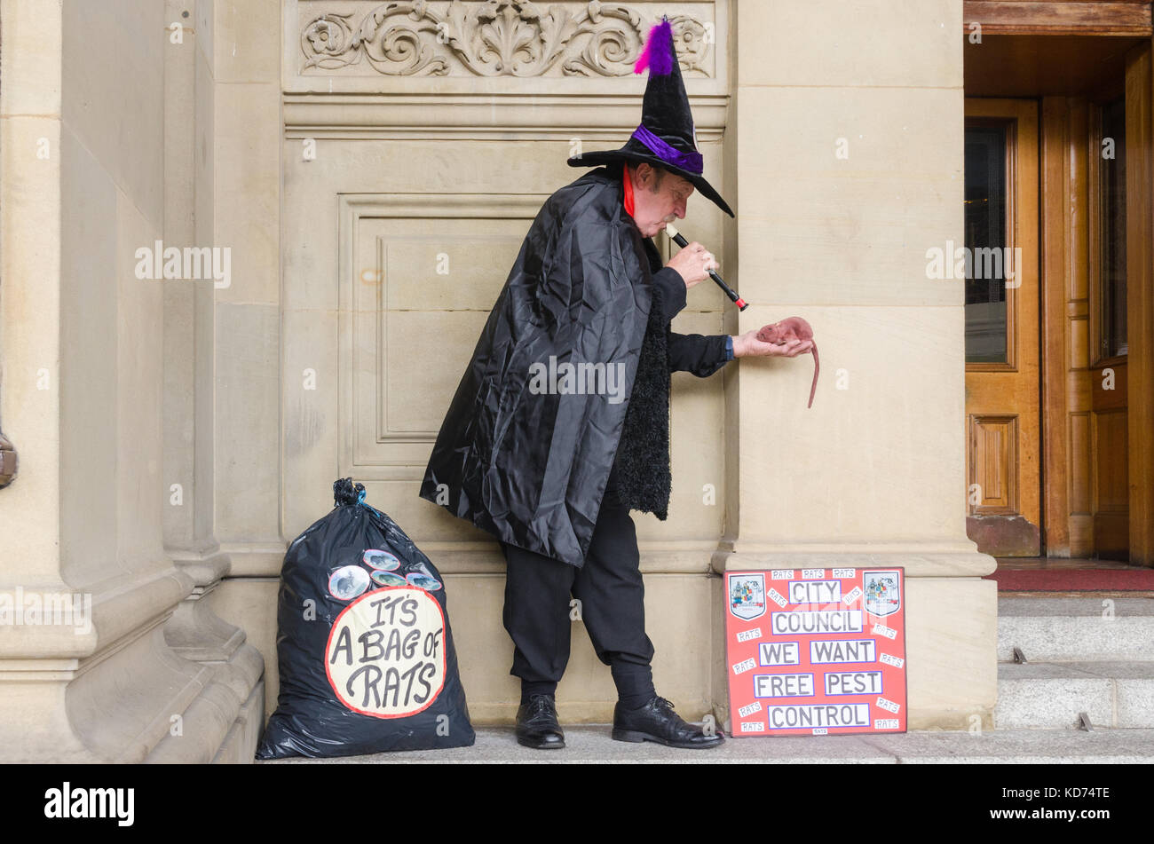Man dressed as Pied Piper of Hamlyn protests outside Birmingham City Council office in Victoria Square about number - Stock Image