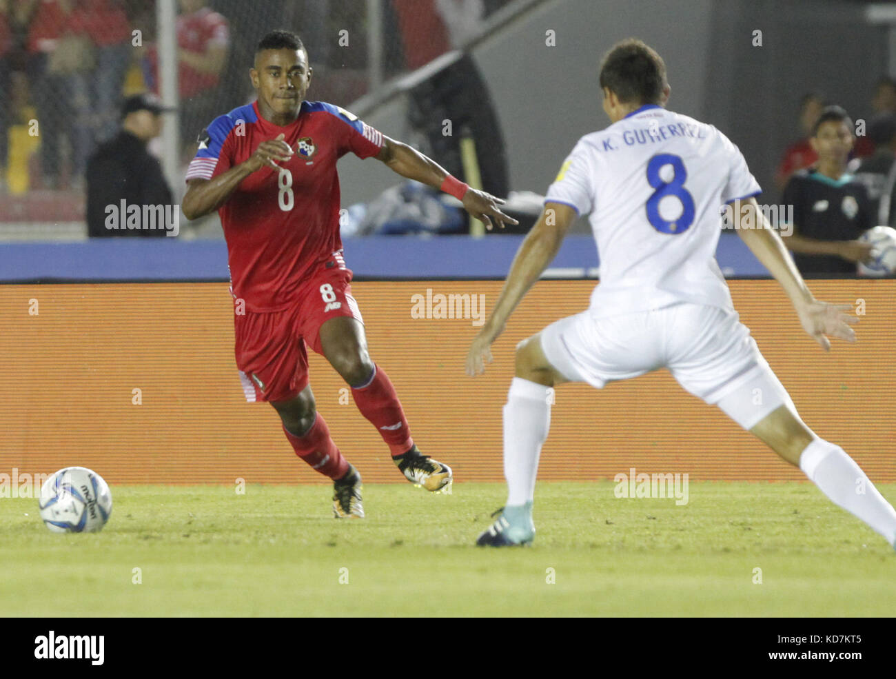 Panamanian Edgar Barcenas (L) and Costa Rican Kenner Gutierrez vie for the ball during the FIFA 2018 Russia World - Stock Image